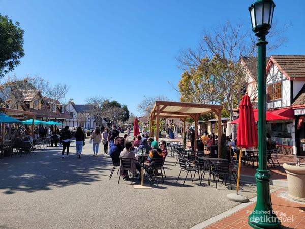 Beberapa ruas jalan dijadikan public area dan tempat pejalan kaki