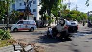 Mobil di Surabaya Tabrak Pembatas Jalan hingga Terbalik, Pengemudi Tak Sadar