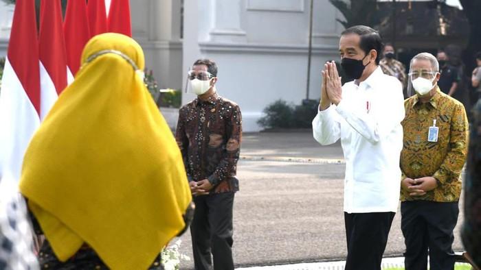 Presiden Joko Widodo menyapa sejumlah pelaku UMKM di Istana Negara, Jakarta. Hal itu dilakukan sebagai rangkaian program Pemulihan Ekonomi Nasional (PEN).