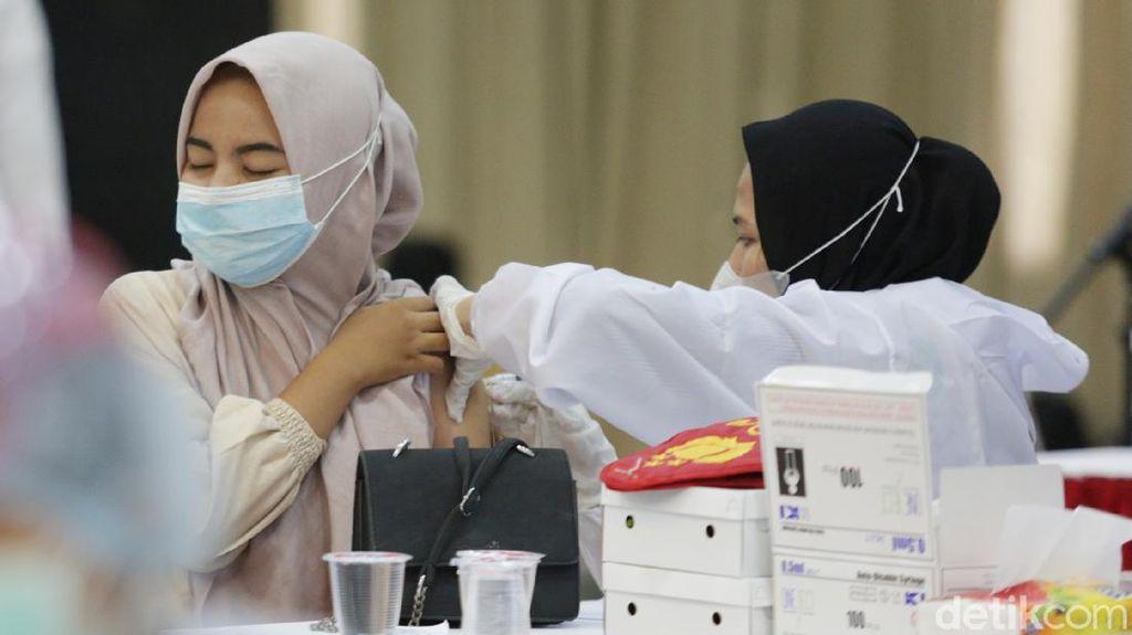 Momen Vaksinasi 1.100 Mahasiswa di Bekasi