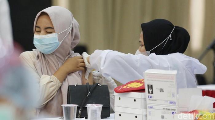 Sebanyak 1.100 mahasiswa di Bekasi menerima vaksinasi COVID-19. Vaksinasi digelar di Aula Universitas Bhayangkara Jakarta Raya.