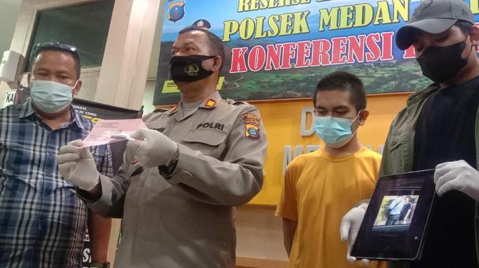MR (baju kuning) saat berada di Polsek Medan Kota (Ahmad Arfah-detikcom)