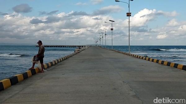 Saat ini di sekitar lokasi pelabuhan sedang dilakukan pengerjaan beton pemecah ombak atau break water.(Faizal Amiruddi/detikcom)
