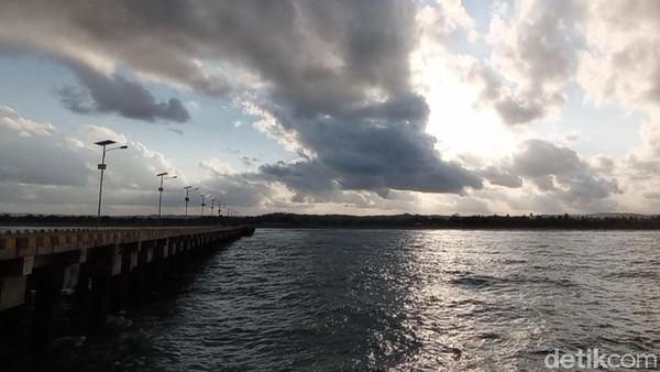Selain memancing, dermaga Bojongsalawe juga banyak dikunjungi warga untuk sekedar berfoto atau menikmati suasana pantai dari sisi yang berbeda. Jika biasanya kita berfoto dari pantai menghadap laut, maka di dermaga kita berfoto dari laut menghadap pantai.(Faizal Amiruddi/detikcom)