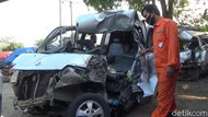Penampakan Minibus Ringsek Usai Tabrak Truk di Tol Cipularang
