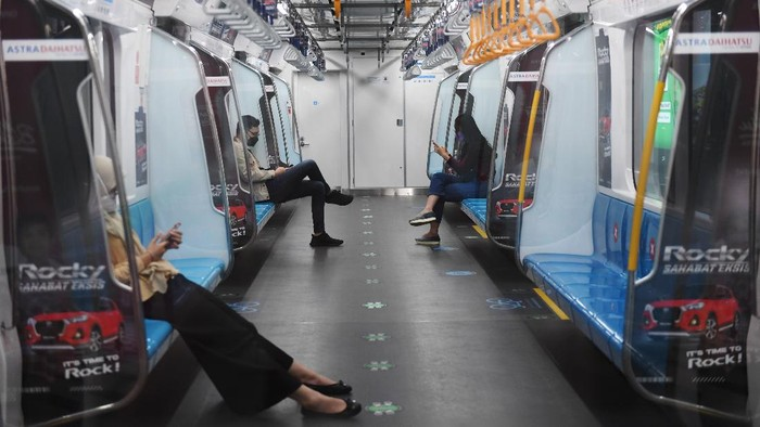 Sejumlah penumpang berada di dalam gerbong MRT di Jakarta, Sabtu (31/7/2021). Jumlah penumpang MRT turun hingga 80 persen setiap harinya sejak 3 Juli 2021 akibat Pemberlakuan Pembatasan Kegiatan Masyarakat (PPKM). ANTARA FOTO/Akbar Nugroho Gumay/foc.