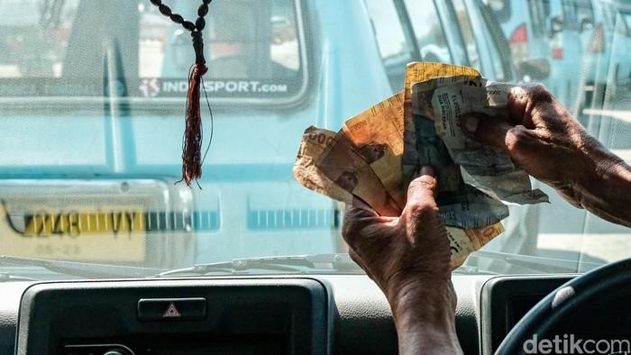 Kebijakan PPKM di tengah pandemi COVID-19 ini juga berimbas pada sektor transportasi. Para sopir angkot ini pun teriak karena pendapatan menurun akibat sepi penumpang.
