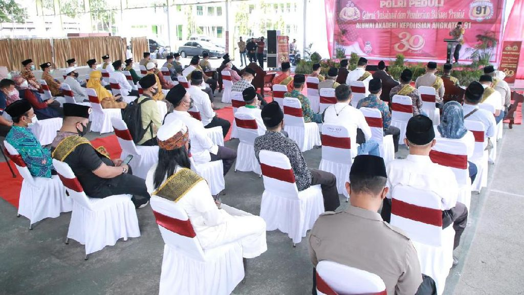 Polda NTB Sebar 3.000 Vaksin-3 Ton Sembako ke 4 Pesantren di Lombok
