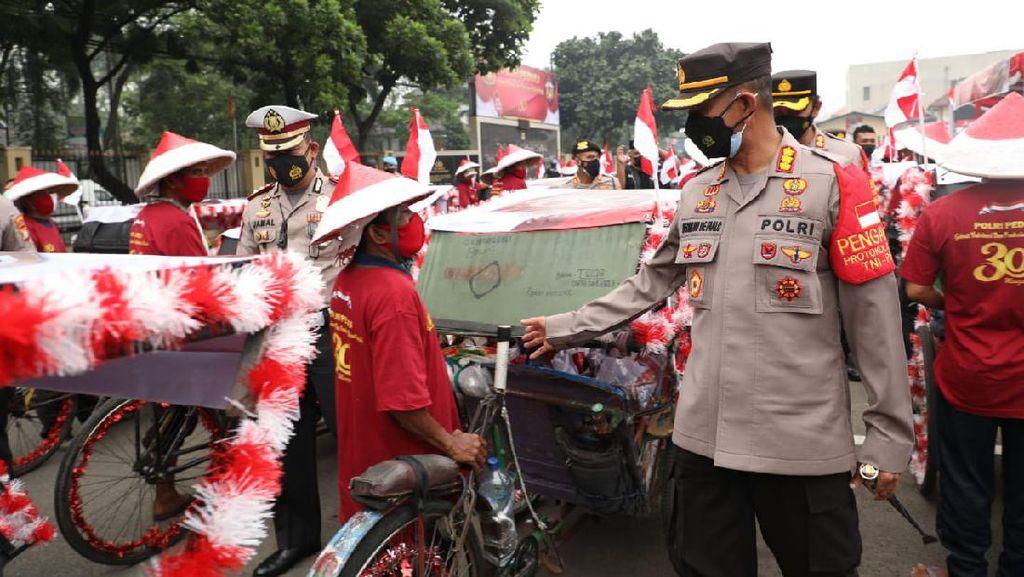 Polisi Libatkan Tukang Becak Salurkan Bansos ke Warga Slum Area di Tangerang