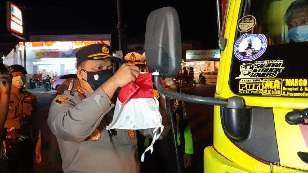 Polisi Banyuwangi Bagikan 1.000 Bendera Merah Putih ke Pengendara
