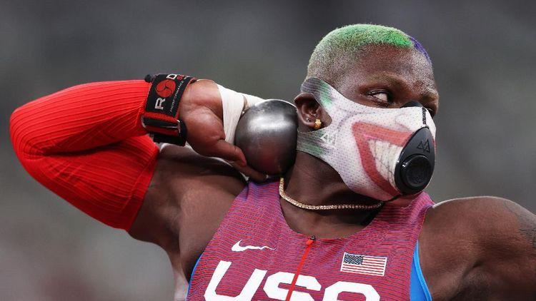 Potret Atlet Tolak Peluru AS Pakai Masker Musuh Batman