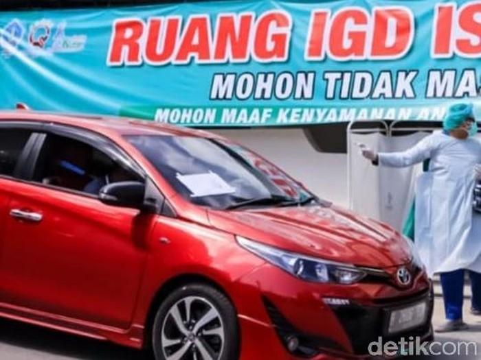 IGD RSUD Ngudi Waluyo Wlingi, Blitar penuh. Belasan pasien COVID-19 baru menunggu dalam mobil, sampai ada pasien yang dipindah ke ruang isolasi dari IGD.