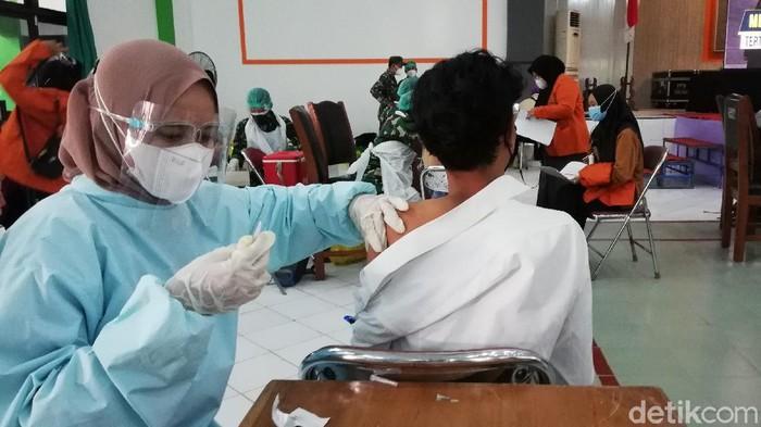 Sejumlah mahasiswa dari berbagai universitas di Solo mengikuti vaksinasi massal. Vaksinasi tersebut digelar di gedung Graha, UIN Raden Mas Said.