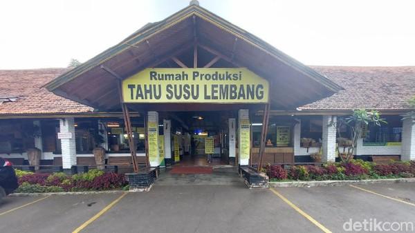 Sejak pertama dibuka pada 20 Desember 2008 silam, Tahu Susu Lembang mengandalkan dua senjata andalan mereka yakni Tahu Susu dan Tahu Mentega untuk oleh-oleh wisatawan. Sentra oleh-oleh tersebut tak seramai sebelumnya.