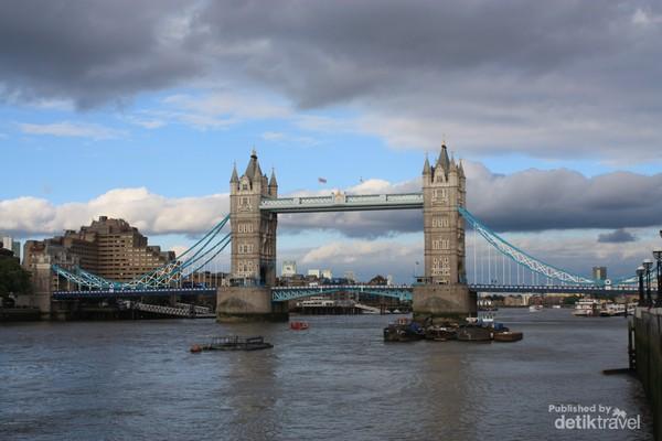 Tower Bridge di sore hari yang cukup cerah