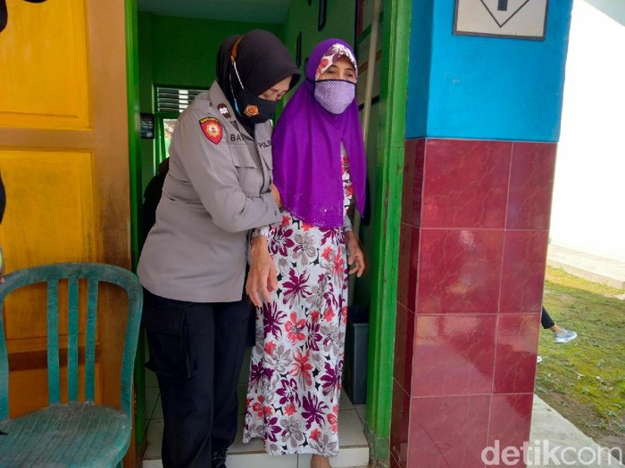 Semangat pasutri lansia Rudi Sudarmanto (59) dan Susi Irawati (58) untuk vaksinasi COVID-19 patut dicontoh. Dengan penuh keterbatasan, mereka mendatangi lokasi vaksinasi di SD Negeri Asrikaton 1.