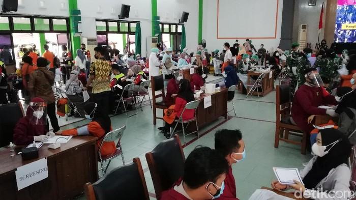 Vaksinasi perdana bagi mahasiswa di gedung Graha UIN Raden Mas Said Solo, Sabtu (31/7/2021).