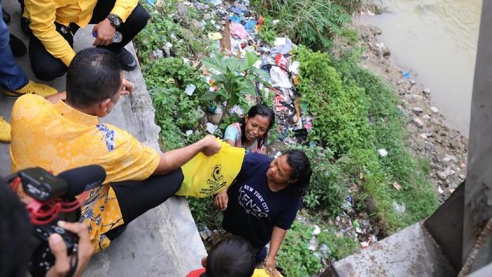 Wagub Ijeck dapati warga tinggal di kolong jembatan di Medan (dok. Golkar Sumut)