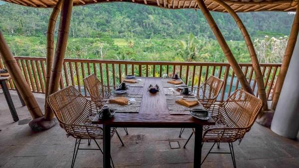 Ada juga restoran dengan pemandangan secantik ini. Bagi yang suka adrenalin, ada juga aktivitas rafting dan river tubing di Telaga Waja (wapadiumesidemen.com)