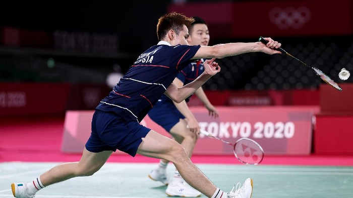 CHOFU, JAPAN - JULY 31: Aaron Chia and Soh Wooi Yik(front) of Team Malaysia compete against Mohammad Ahsan and Hendra Setiawan of Team Indonesia during the Men's Doubles Bronze Medal match on day eight of the Tokyo 2020 Olympic Games at Musashino Forest Sport Plaza on July 31, 2021 in Chofu, Tokyo, Japan. (Photo by Lintao Zhang/Getty Images)