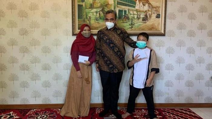 Ahmad Muzani bersama putra dan putri almarhum Firdaus Febrianto