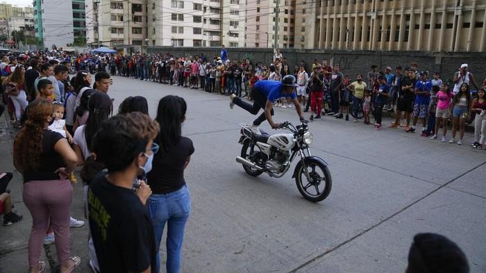 Sejumlah anak muda berkumpul di kawasan Caracas, Venezuela. Di sana mereka saling pamer kemampuan aksi freestyle motor. Ini potretnya.