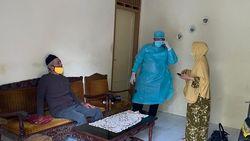 Andre Rosiade Bantu Evakuasi Pasutri Lansia Terpapar COVID di Padang