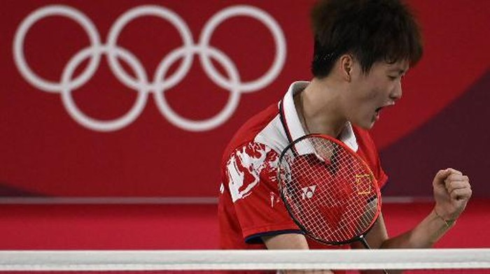 Chinas Chen Yufei reacts after a point with Taiwans Tai Tzu-ying in their womens singles badminton final match during the Tokyo 2020 Olympic Games at the Musashino Forest Sports Plaza in Tokyo on August 1, 2021. (Photo by Alexander NEMENOV / AFP)
