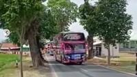 Bahaya Banget! Bus Penuh Penumpang Ini Lakukan Aksi Oleng Kanan-Kiri