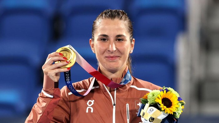 TOKYO, JAPAN - JULY 31: Belinda Bencic of Team Switzerland poses with her gold medal from the podium during the medal ceremony after defeating Marketa Vondrousova of Team Czech Republic in the Womens Singles Gold Medal match on day eight of the Tokyo 2020 Olympic Games at Ariake Tennis Park on July 31, 2021 in Tokyo, Japan. (Photo by Clive Brunskill/Getty Images)