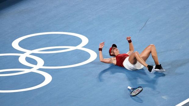 TOKYO, JAPAN - JULY 31: Belinda Bencic of Team Switzerland is celebrates defeating Marketa Vondrousova of Team Czech Republic to win the gold medal after the Women's Singles Gold Medal match on day eight of the Tokyo 2020 Olympic Games at Ariake Tennis Park on July 31, 2021 in Tokyo, Japan. (Photo by Clive Brunskill/Getty Images)