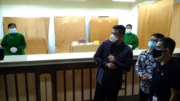 Walkot Medan Bobby Nasution meninjau kesiapan sarana dan prasarana di gedung bekas hotel di Medan, yang disulap jadi pusat isolasi pasien Corona, Minggu (1/8/2021).