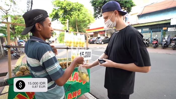 Bule Jerman Jajan di Jakarta
