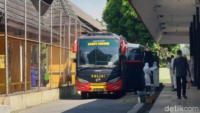Bus pengangkut 48 warga Klaten positif Corona ke Asrama Haji Donohudan, yang diberangkatkan dari GOR Gelarsena, Minggu (1/8/2021)
