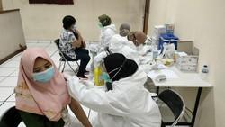 Guna menangani pandemi, berbagai cara dilakukan secara bersama-sama. Seperti ini salah satu upaya vaksinasi yang dilakukan dengan gotong royong.