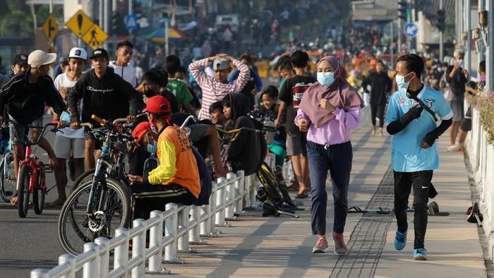 Jembatan Suroboyo yang merupakan salah satu ikon Kota Surabaya ramai di akhir pekan. Warga ramai-ramai datang ke sana untuk berolahraga di Minggu pagi.