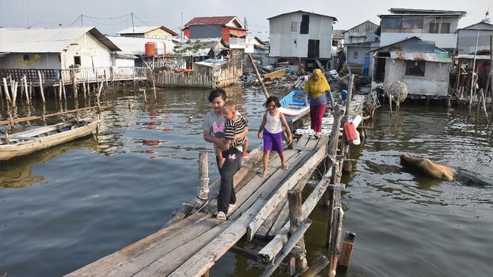 Ancaman tenggelamnya Jakarta disinggung Presiden AS Joe Biden. Lantas seperti apa kehidupan masyarakat di pesisir Ibu Kota yang dibayangi ancaman tenggelam?