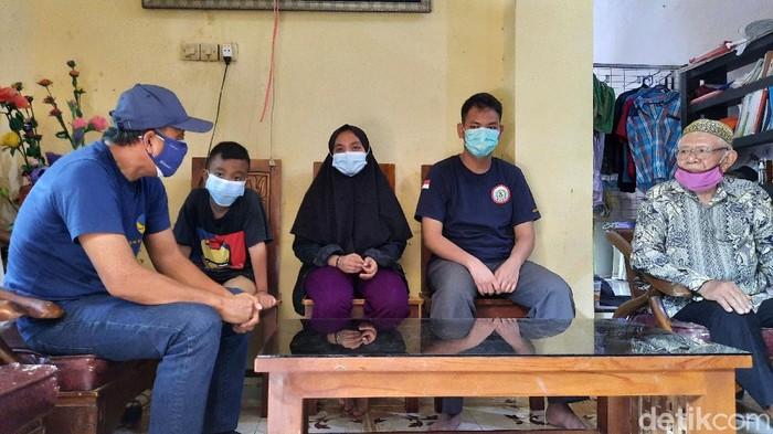 Ketua DPW NasDem salurkan bantuan kepada 3 bersaudara yang ditinggal orang tuanya karena meninggal akibat COVID-19.