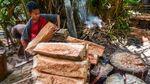 Melihat Pengolahan Sagu Secara Tradisional di Maluku