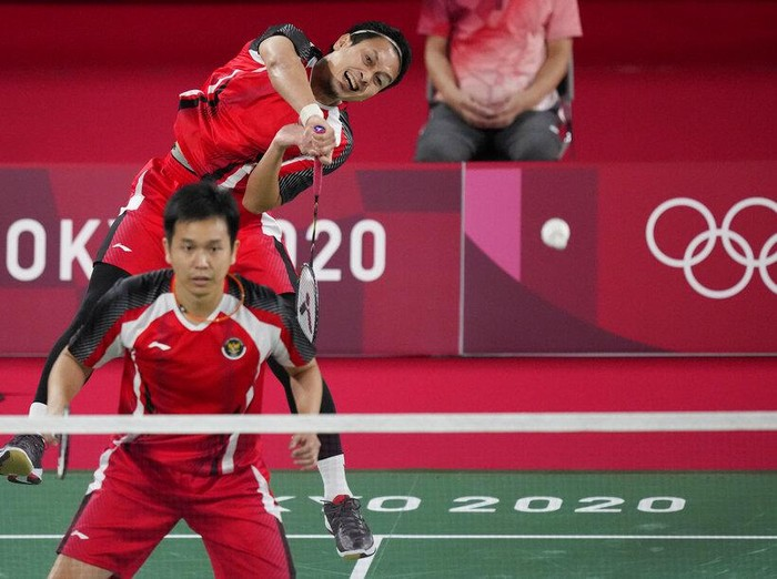 Mohammad Ahsan and Hendra Setiawan of Indonesia compete against Malaysias Aaron Chia and Wooi Yik Soh during mens doubles Badminton match at the 2020 Summer Olympics, Monday, July 26, 2021, in Tokyo, Japan. (AP Photo/Dita Alangkara)