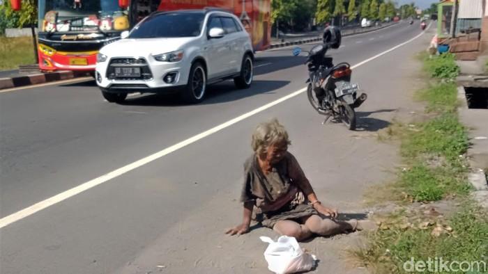 Seorang nenek tanpa identitas yang diduga gelandangan dievakuasi di tepi jalan Yogya-Solo. Nenek itu diduga menjadi korban tabrak lari.