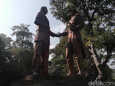 Gubernur Jendral Daendels Berdiri Tegak di Jalan Cadas Pangeran