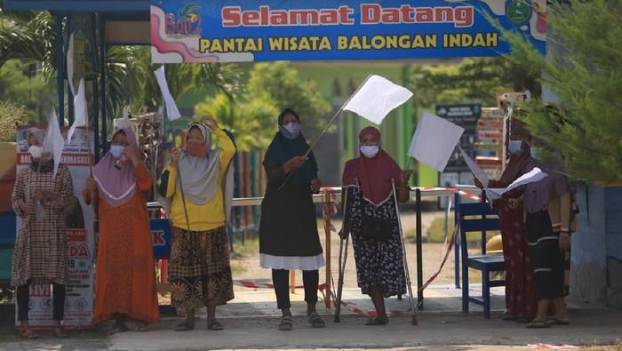 Pedagang-pengelola wisata Pantai Balongan Indramayu kibarkan bendera putih.