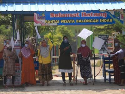 Dihantam PPKM, Pengelola-Pedagang Pantai Balongan Kibarkan Bendera Putih