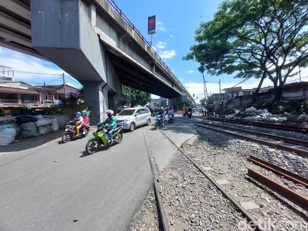 Merujuk berbagai sumber kereta api yang berhenti di Stasiun Cimindi untuk kemudian melintasi perlintasan ekstrem tersebut yakni kereta ekonomi Bandung Raya saja dengan tujuan Cimindi-Padalarang, Cimindi-Bandung, Cimindi-Cicalengka, Cimindi-Kiaracondong.