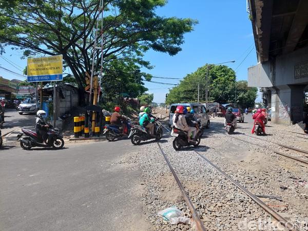 Pada tahun 2017 silam, perlintasan kereta api yang menghubungkan Bandung Barat, Cimahi, dan Kota Bandung itu sejatinya akan ditutup. Namun setelah ujicoba selama beberapa pekan penutupan urung dilakukan karena mendapatkan penolakan dari pengendara angkutan kota dan pedagang.