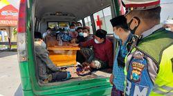 Polisi Hentikan 15 Warga Madura Pulang Kampung Naik Ambulans Jenazah