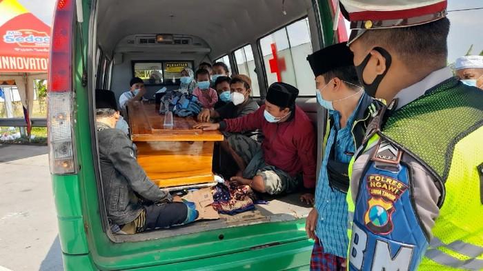 polisi hentikan ambulans isi 15 orang di exit tol ngawi