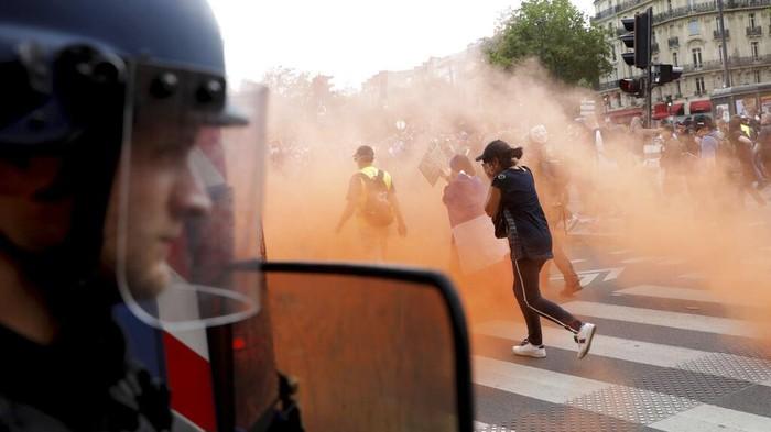 Ribuan warga Prancis turun ke jalan memprotes kebijakan yang wajibkan warga untuk memiliki paspor COVID-19 dalam beraktivitas. Demo itu pun berujung ricuh.