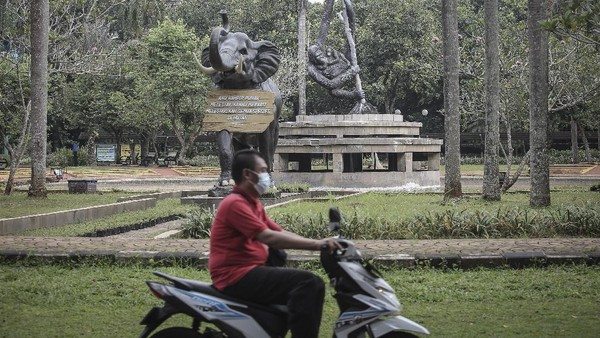 Di tutup sementara, Taman Margasatwa Ragunan pun tanpa sepi dari aktivitas para pengunjung.